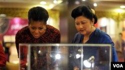 Ibu negara Ani Yudhoyono mendampingi Michelle Obama dalam sebuah pameran di istana negara tahun lalu. Ani Yudhoyono adalah salah seorang penerima tanda jasa dari Presiden SBY (Foto: dok)
