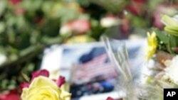 图为2010年9月11日人们在纽约世贸大厦原址缅怀9/11恐怖袭击的罹难者
