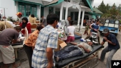 Người bị thương trong trận động đất được đưa đến trung tâm y tế ở Bener Meriah, ngày 2/7/2013.