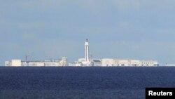Công trình xây dựng của Trung Quốc trên một hòn đảo nhân tạo ở Biển Đông.