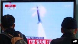 Người dân xem vụ phóng hỏa tiễn của Bắc Triều Tiên ở Seoul, Nam Triều Tiên, ngày 4 tháng 3, 2014.
