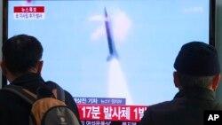 Dân chúng Nam Triều Tiên theo dõi báo cáo trên truyền hình về một vụ phóng tên lửa của Bắc Triều Tiên tại ga đường sắt Seoul ở Hàn Quốc.