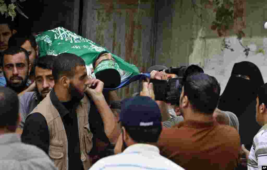 24일 가자지구 자발리야에서 이스라엘의 폭격으로 사망한 무장대원의 시신을 운구하고 있다.