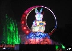 """本届台湾元宵灯会主角 - 高22米的兔宝宝花灯""""玉兔呈祥"""""""