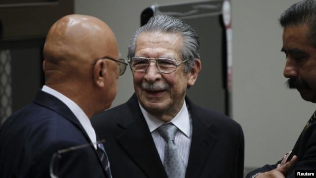 Un juez de Guatemala ordenó enjuiciar al ex general José Efraín Ríos Montt (C) y a su antiguo colaborador, el también general retirado José Mauricio Rodríguez.