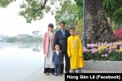 Ông Lê Trọng Hùng và vợ con (Facebook Hùng Gàn Lê)
