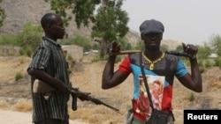 Membres d'une milice, à Kerawa au Cameroun, près de la frontière nigériane, le 16 mars 2016.