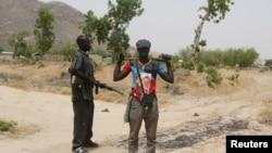 Des membres d'un groupe d'auto-défense à la frontière avec le Nigeria, Kerawa, Cameroun, le 16 mars 2016.