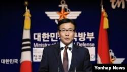 문상균 한국 국방부 대변인이 11일 서울 국방부 브리핑실에서 정례 브리핑을 하고 있다.