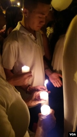 Mourners light candles in remembrance of members of Brazil's Chapecoense soccer team. (E. Alzate for VOA)