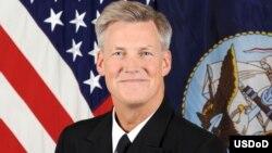 Phó Đô Đốc Mỹ Robert Thomas, Tư Lệnh Đệ Thất Hạm đội của Hải quân Hoa Kỳ.