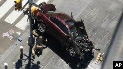 Un policía inspecciona el automóvil que manejaba Richard Rojas, de 26 años, cuando atropelló a peatones en Times Square, NY, el jueves, 18 de mayo de 2017.