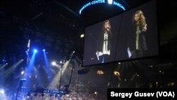 Алехина и Толоконникова на сцене Barclay Center в Бруклине