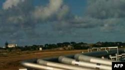 Các kẻ trộm khoan nhiều lỗ, đục thủng ống dẫn dầu, hoặc dùng cưa cắt ống dẫn để lấy trộm dầu hỏa