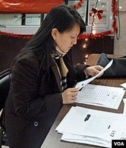 Dermawan Erika sedang memilih sejumlah surat untuk Sinterklas.
