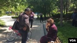 人权律师李和平的妻子王峭岭在居所外受到国保人员监控。(网络图片)