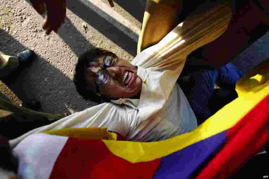 Dekabrın 16-da Çin polisinin tibetli nümayişçini saxlayarkən (Adnan Abidi/Reuters)