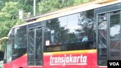 Bus TransJakarta. (VOA/Iris Gera)