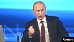ولادیمیر پوتین رئیس جمهوری روسیه در برنامه پرسش و پاسخ سراسری تلویزیونی در مسکو، روسیه April 17, 2014