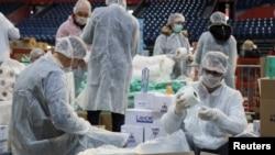 3月26日,志愿者在塞尔维亚首都贝尔格莱德打包救捐赠品准备送给那些因疫情不能出门的老年人。