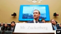 លោក Mark Zuckerberg ប្រធានប្រតិបត្តិក្រុមហ៊ុន Facebook ធ្វើសក្ខីកម្មនៅមុខគណៈកម្មាធិការសភាជាតិ កាលពីថ្ងៃទី១១ មេសា ២០១៨។