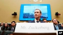 Giám đốc Điều hành Facebook Mark Zuckerberg đến điều trẫn trước Ủy ban Năng lượng và Thương mại Hạ viện Hoa Kỳ tại Điện Capitol ở Washington, ngày 11 tháng 4, 2018.