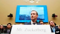 El presidente ejecutivo de Facebook, Mark Zuckerberg en el Congreso de EE.UU. antes de su testimonio en una audiencia de la Comisión de Energía y Comercio de la Cámara de Representantes. Abril 11, 2018.