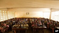 Children sit in an overcrowded classroom at Dixin Centre 2 primary school in Conakry, Guinea, 6 May 2010