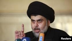 Ulama Syiah Irak Muqtada al-Sadr dalam khotbah di dekat Najaf, Irak. (Foto: Dok)