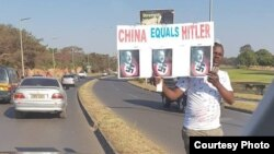 Tokoh oposisi Zambia, James Lukuku, menyamakan China dengan Hitler dalam protes di Lusaka (Foto Courtesy: Facebook).