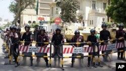 安全部隊和坦克4月29日矗立在開羅已撤空的沙特大使館外