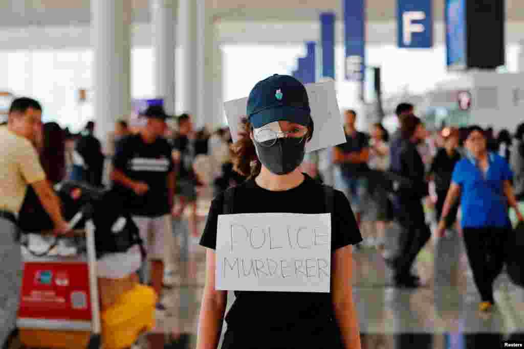 La ira de los manifestantes en Hong Kong ha ido en aumento el pasado fin de semana. En la foto, una manifestante contra el proyecto de ley de extradición se cubre un ojo con una gasa durante una protesta masiva después de que una mujer recibió un disparo en el ojo durante una manifestación en el aeropuerto internacional de Hong Kong, en Hong Kong, China, el 12 de agosto.