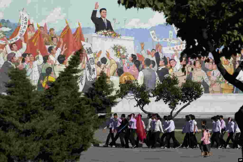 2018年9月7日,在朝鲜建国70周年之际,朝鲜年轻人在平壤的一幅壁画前游行。