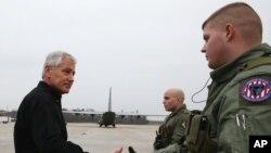 Bộ trưởng Quốc phòng Mỹ Chuck Hagel trước khi lên máy bay tại Căn cứ Không quân Andrews, Maryland, 5/12/2014.