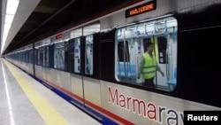 지난 29일 유럽과 아시아를 연결하는 해저 터널 개통식이 열린 가운데, 기관사가 터널을 운행하는 열차를 점검하고 있다.