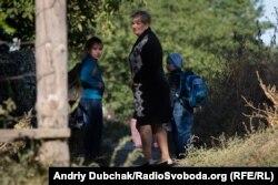 Михайлик, Станіслав і їхня тітка – вчителька Тетяна Вікторівна перед містком через Кальміус. Хлопець таки розплакався від наших запитань