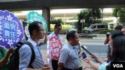 香港支聯會到中聯辦為中國內地在押不同政見人士送月餅(美國之音海彥拍攝)