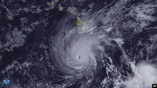 Imagen provista por NOAA muestra el huracán Lane al sur de Hawái.