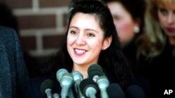 Lorena Bobbitt memberikan keterangan kepada media di luar pengadilan Manassas, Virginia, 28 Februari 1994. Lorena dibebaskan dari semua dakwaan.