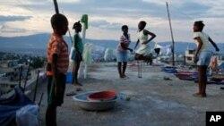Anaka-anak di Port-au-Prince. Sebanyak 400.000 orang di Haiti masih tinggal di tenda darurat akibat gempa 2010. (Foto: Dok)