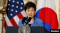 7일 백악관 미·한 정상회담 후 열린 기자회견에서 발언하고 있는 박근혜 한국 대통령. 박근혜 대통령은 8일 미국 의회에서 연설한다.