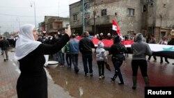 Warga minoritas Druze melakukan reli sambil membawa bendera Suriah di Bugata, Golan (foto: dok).
