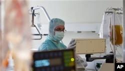 這名醫生星期一在德國的一家醫院為一名感染大腸桿菌的病人檢測腎透析