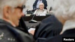 «Бухгалтер Освенцима» Оскар Гренинг (в центре) в зале суда в начале судебного процесса над ним в городе Люнебург. Германия. 21 апреля 2015 г.