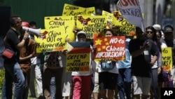 Foto tertanggal 19/4/2012 ini memperlihatkan warga Filipina bergerak menuju kedutaan China di Makati, selatan Manila untuk berunjuk rasa menuntut ditariknya kapal China dari Laut China Selatan (foto:dok).