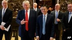 도널드 트럼프 미국 대통령 당선인이 9일 뉴욕의 트럼프 타워에서 알리바바의 잭 마 회장과 만난 후 기자들의 질문에 답하고 있다.