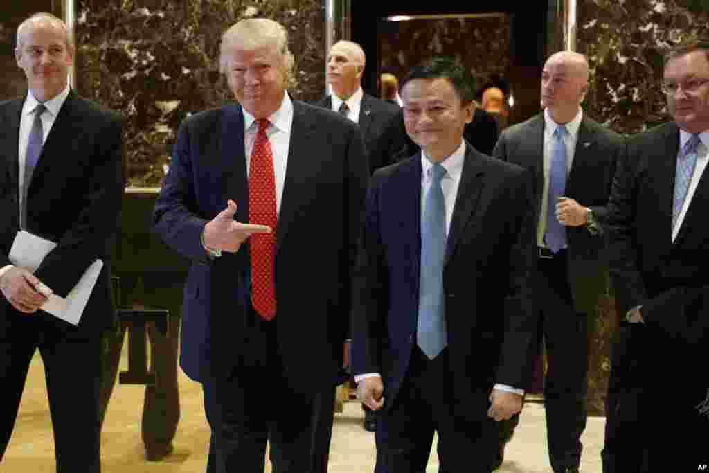 """美国当选总统川普和中国阿里巴巴集团董事会主席马云在纽约川普大楼举行会晤后,走出电梯,出现在早有记者守候的大堂,走向记者。(2017年1月9日)川普说:""""马云和我要做一些了不起的事。""""马云表示,阿里巴巴将侧重支持美国的小企业,特别是中西部小企业。集团扩展计划的重点是服装、葡萄酒和水果产品。美国中西部的小企业可以通过阿里巴巴的平台将农产品和美国服务销售到中国和亚洲。"""