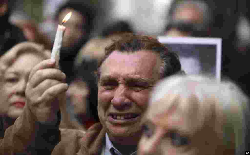 در سالگردانفجار مرکز همیاری یهودیان پایتخت آرژانتین، هزاران نفر گرد هم آمدند. در آن واقعه تروریستی که جمهوری اسلامی ایران متهم به دستور اجرای آن است، ۸۵ نفر از شهروندان یهودی تبار آرژانتینی جان خود را از دست دادند و بیش از سیصد نفر زخمی شدند.