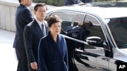 Park Geun-hye, kulia, akiwasili kwenye ofisi ya mwendesha mashtaka
