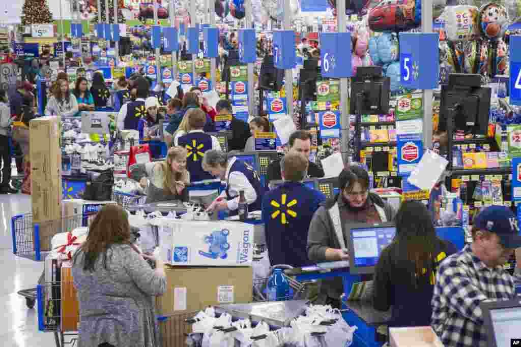مشتریان والمارت هم از بعد از ظهر روز شکرگزاری به شعبههای این فروشگاه هجوم بردند – بنتونویل، ایالت آرکانزاس، ۶ آذر